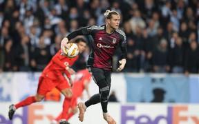 """""""Thánh ngáo"""" Karius lại mắc sai lầm khiến đội nhà thất bại ở Europa League"""