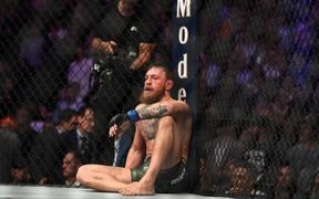 """'Gã điên"""" McGregor thua đau trong lần trở lại MMA, tạo ra vụ ẩu đả chưa từng có trong lịch sử UFC"""