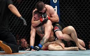 """Đòn khóa cực hiểm khiến """"Gã điên"""" McGregor phải đầu hàng: Chậm một giây là chết"""
