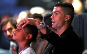 Ronaldo trổ tài nhưng bắt hụt, khiến trái bóng rơi trúng đầu bạn gái