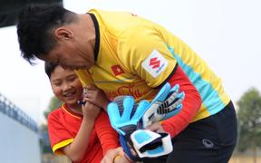 Fan nhí đột nhập bất thành vào phòng thay đồ của tuyển Việt Nam