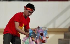 Không cần pháo sáng, fan Việt Nam vẫn tỏa sáng trên đất Lào với hành động ý nghĩa này