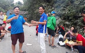 CĐV Việt Nam sang Lào cổ vũ bằng đường bộ: Cả thôn lên đường, hỏng xe và những bếp ăn dã chiến