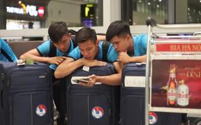 Biết tin tiền đạo Thái Lan ghi 6 bàn, Văn Lâm, Ngọc Hải vừa xuống sân bay mở ngay điện thoại xem giò