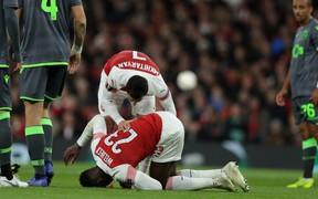 """""""Thánh lốp bóng"""" Welbeck gãy chân vì quá nỗ lực ghi bàn cho Arsenal"""