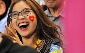 """Bạn gái Quang Hải ăn mừng cực """"sung"""" khi người yêu ghi bàn vào lưới Philippines"""