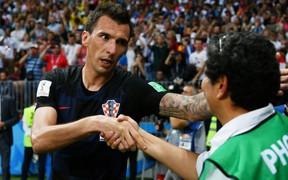 Hành động đẹp của các cầu thủ Croatia sau khi xô nhau ngã đè lên nhiếp ảnh gia