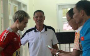 Bố Đức Huy ân cần dặn dò Văn Toàn trước trận HAGL chạm trán Hà Nội FC
