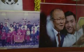 """Về thăm nhà Văn Hậu, phát hiện món quà đầu tiên """"em út"""" ĐT Việt Nam mua cho cha mẹ bằng đồng lương kiếm được"""