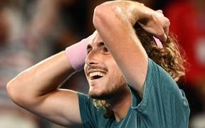 Hot boy quần vợt ôm mặt rớm nước mắt sau khi đánh bại thần tượng Federer ở Australian Open