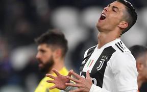 Ronaldo sút hỏng phạt đền trước ngày hầu tòa vì tội trốn thuế