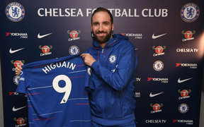 Vừa đến Chelsea, Higuain đã dọa các fan chết khiếp vì hành động này