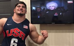"""Fan ngỡ ngàng, không thể tin nổi khi chứng kiến trận đấu của """"gã khổng lồ Nga"""" sở hữu chiếc cổ 50 cm"""