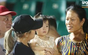 """Thủ môn """"quốc dân"""" Bùi Tiến Dũng hội ngộ gia đình sau trận hòa với U22 UAE"""