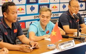 Văn Toàn không được chụp chung với hai HLV sau buổi họp báo vì lý do hài hước từ đối thủ