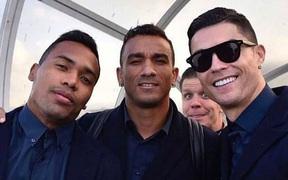 Ronaldo thể hiện thần thái ngút ngàn khi chụp ảnh sương sương nhưng ai ngờ tất cả bị phá hỏng bởi gương mặt khó đỡ của đồng đội