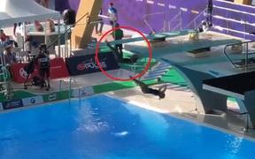 SEA Games 30: Phần trình diễn nhảy cầu thảm họa của cặp VĐV chủ nhà khiến fan bật cười nhưng xem kỹ tất cả bỗng nhìn ra điều kinh hoàng