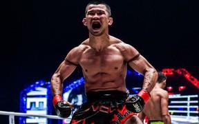 Huyền thoại Thái Lan hạ tài năng trẻ Trung Quốc, trở thành nhà vô địch Muay hạng gà đầu tiên trong lịch sử ONE Championship