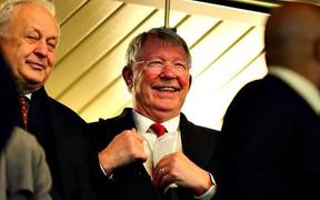 Sir Alex khỏe mạnh, rạng ngời trên khán đài chứng kiến MU đánh bại Chelsea