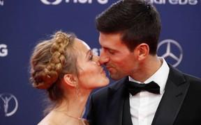 Tay vợt số 1 thế giới tình tứ khóa môi vợ khi đến nhận giải Oscar thể thao
