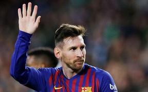 Video: Quang cảnh CĐV đội bạn vỗ tay thán phục siêu phẩm lốp bóng của Messi
