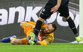 Kinh hoàng: Cố gắng thi đấu khi bị chấn thương đầu, thủ môn số 1 của Colombia đổ gục bất tỉnh ngay trên sân