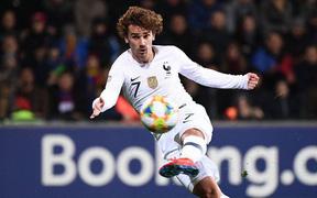 Pha bấm bóng kiến tạo tuyệt đỉnh của Pogba trong trận thắng của tuyển Pháp dưới góc máy khán giả
