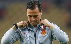 Đội tuyển Trung Quốc thua mất mặt, HLV đẹp trai từ nhiệt tình hò hét chuyển sang cạn lời, bất lực