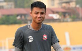 Trời nắng như đổ lửa, cầu thủ Hải Phòng vẫn miệt mài chuẩn bị cho cuộc so tài với CLB Hà Nội