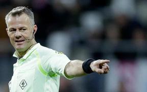 Trong mỗi trận đấu bóng đá, vì sao chỉ có một trọng tài bắt chính?