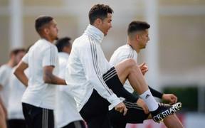 """Cristiano Ronaldo khoe """"vũ khí mới"""" cực độc trên sân tập"""