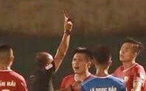 Hai cầu thủ Hà Tĩnh nhận thẻ đỏ ở trận đấu với Phố Hiến FC vì cùng một lỗi đánh nguội