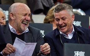 """Solskjaer cười sảng khoái khi đi trinh thám Barcelona, fan MU trêu: """"Khoảnh khắc những người bán hành nhận ra khách hàng tiềm năng"""""""