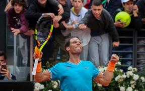 """Nadal """"trả thù"""" hot boy quần vợt, nhưng đụng phải """"siêu đá tảng"""" ở chung kết Rome Masters"""
