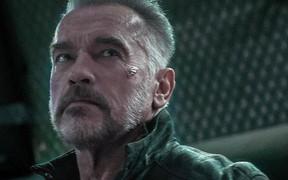 """""""Kẻ hủy diệt"""" Arnold Schwarzenegger bất ngờ bị một fan cuồng đạp mạnh từ phía sau nhưng phản ứng sau đó của ông mới đáng chú ý"""