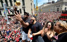 Chùm ảnh: Raptors diễu hành mừng chức vô địch NBA lịch sử