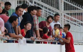 Ấm lòng phút giây xum vầy cùng gia đình của các cầu thủ U18 Việt Nam sau thất bại tại giải U18 Đông Nam Á 2019