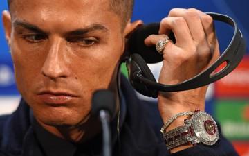Ronaldo khoe chiếc đồng hồ có giá hàng chục tỷ đồng ngày trở về MU