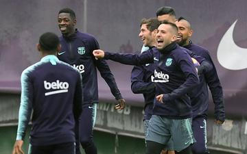 Cầu thủ Barca thoải mái vui đùa trên sân tập trước El Clasico
