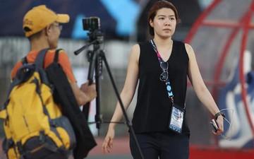 """Phiên bản nữ xinh đẹp của Mạnh """"gắt"""" khiến phóng viên nào cũng e sợ tại AFF Cup 2018"""