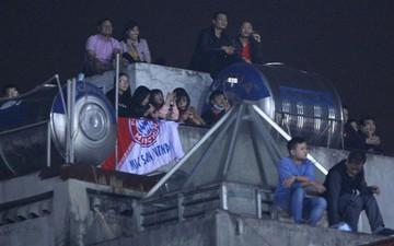 Vì đội tuyển Việt Nam, nhiều CĐV chấp nhận mạo hiểm, vắt vẻo ngồi trên nóc nhà, téc nước
