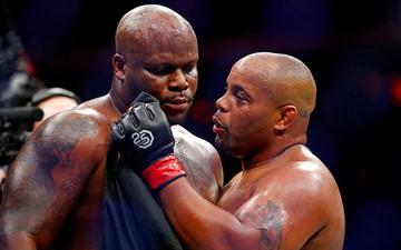 """Cormier khóa gục """"Con nghiện sex"""" Lewis, bảo vệ thành công chiếc đai UFC danh giá"""