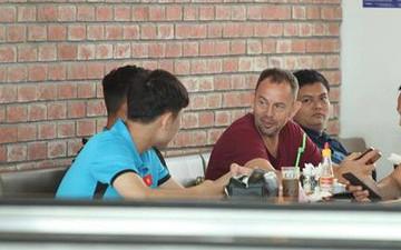 Xuân Trường trổ tài nói tiếng Anh như gió với người nước ngoài trước giờ lên máy bay đi Lào