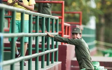 Đội tuyển Việt Nam nhờ bảo vệ dùng loa mời CĐV rời sân để tập kín