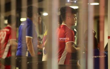 Sau trận hòa Malaysia, Đức Chinh ra sân tập dứt điểm và đá đối kháng cùng nhóm cầu thủ dự bị