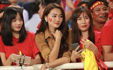 Báo Hàn Quốc ấn tượng về sự cuồng nhiệt của fan nữ Việt Nam xinh đẹp