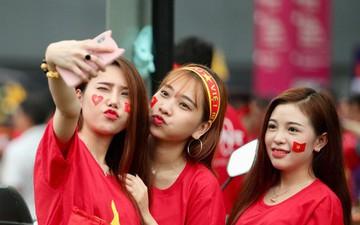 Fangirl xinh đẹp hâm nóng bầu không khí trước thềm đại chiến Việt Nam vs Malaysia