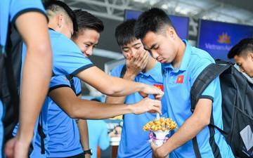 """Tuyển thủ Việt Nam tranh nhau ăn bánh gấu của """"Hoàng tử Ả-rập"""" trước giờ bay sang Philippines dự bán kết AFF Cup 2018"""