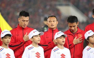 Giây phút chào cờ xúc động của đội tuyển Việt Nam, Đình Trọng, Hồng Duy cùng cầu Nguyện trước khi xung trận