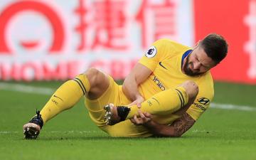 Giroud chống nạng về nhà sau tình huống cố ghi bàn ở tư thế việt vị